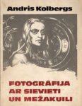 Grāmata- Fotogrāfija ar sievieti un mežakuili.